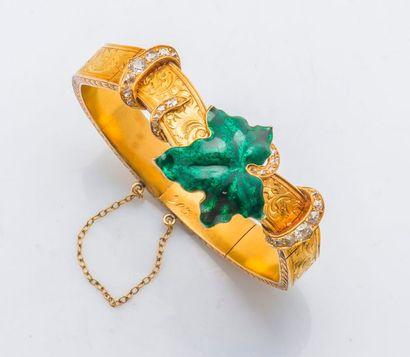 Bracelet rigide ouvrant en or jaune 14 carats (583 millièmes) les maillons articulés...