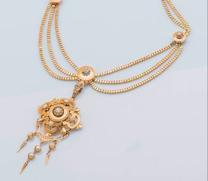 Collier en or jaune 18 carats (750 millièmes) formé d'une triple chaîne à maille...