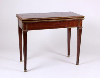 TABLE À JEUX rectangulaire en acajou et placage...