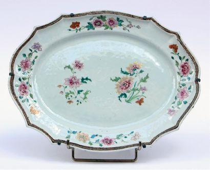 Grand PLAT ovale contours en porcelaine et...
