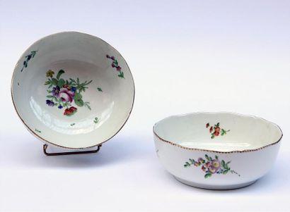 PARIS Deux JATTES en porcelaine à décor polychrome...
