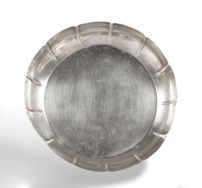JATTE circulaire à larges côtes en argent....