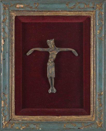 CHRIST en bronze patiné sur fond de velours...