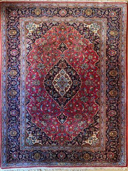 TAPIS iranien Kachan à fond rouge et bleu....
