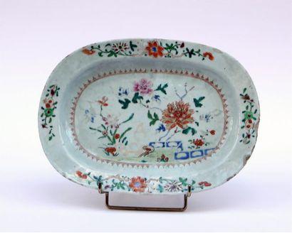 PLAT ovale en porcelaine à décor polychrome...