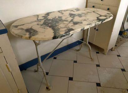 TABLE bistrot ovale à piétement en fonte...