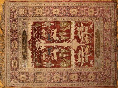 TAPIS persan en laine et soie à décor d'un...