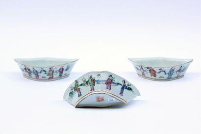 Trois RAVIERS demi-lune en porcelaine à décor...