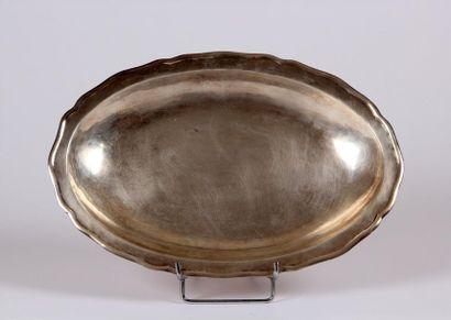 PLAT creux ovale en argent, les bords chantournés....