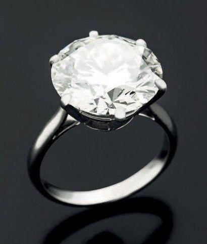 BAGUE en or blanc 18 K sertie d'un diamant...