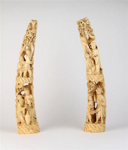 Paire de GROUPES en ivoire sculpté à décor...