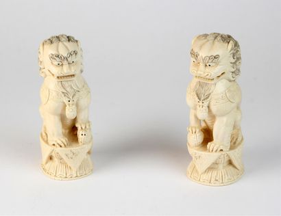 COUPLE de chiens de Fô en ivoire sculpté,...