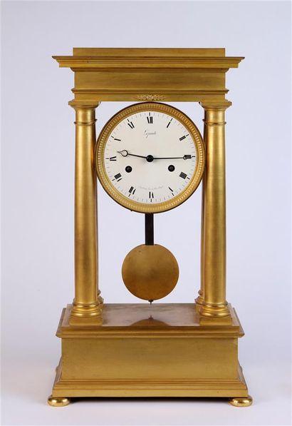 PENDULE portique en bronze doré, le cadran...