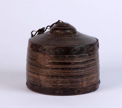 BOÎTE cylindrique couverte en bois sculpté...