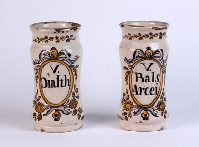 Paire d'ALBARELLI en faïence marqués. XVIIIe...