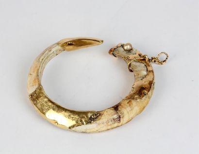 PENDENTIF formé d'une dent de phacochère...
