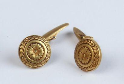 Deux paires de BOUTONS DE MANCHETTE en or...