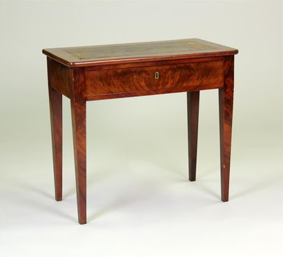TABLE bureau rectangulaire à pieds gaine...