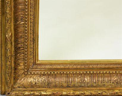 CADRE en bois et stuc doré à décor de cannelures, feuilles d'acanthe, rang de perles...