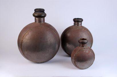 Trois GOURDES indiennes en métal, le bouchon...