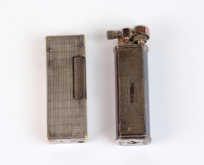 Deux BRIQUETS à gaz en métal argenté guilloché : l'un DUNHILL marqué US. RE24153...