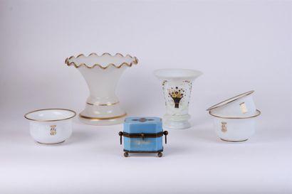 Lot d'OPALINES composé de : - un vase cornet...
