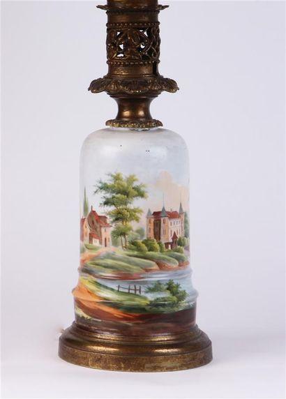 LAMPE à pétrole en porcelaine à décor peint...