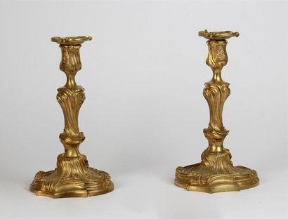 Paire de BOUGEOIRS en bronze ciselé et doré,...
