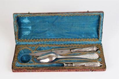 COUVERT DE VOYAGE en argent et acier. Il se compose d'une fourchette à deux dents...
