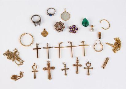 Lot de BIJOUX FANTAISIE dont croix, chaîne, broche et monture de bague