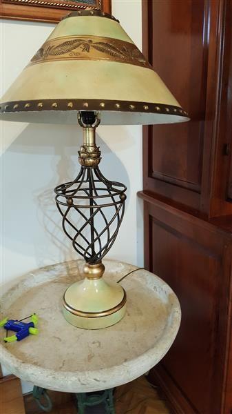 PIED DE LAMPE à armature métallique ajourée...