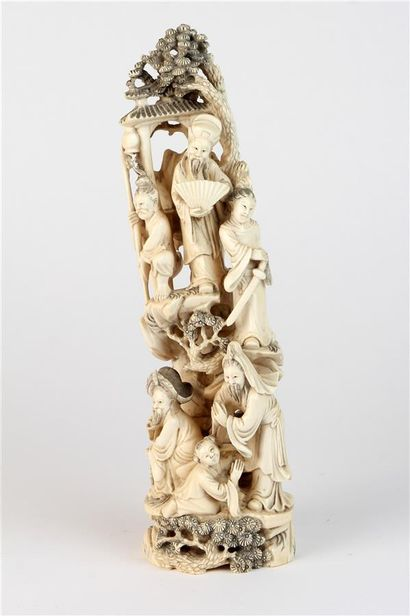 GROUPE en ivoire sculpté représentant sur...