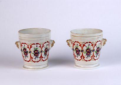 Paire de CACHES-POT en porcelaine à décor...