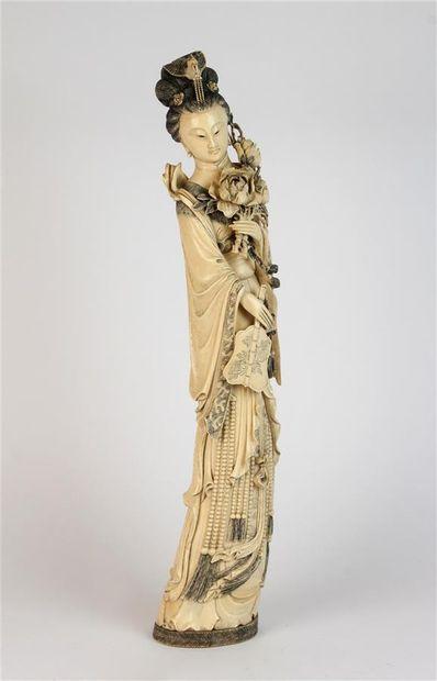 Grand SUJET en ivoire sculpté représentant...