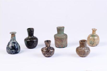 Six petites FIOLES ou VASES en verre antique....
