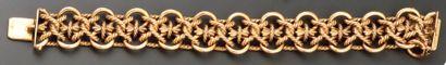 BRACELET gourmette en or, formé de maillons et cordelières entrelacés sur fond de...