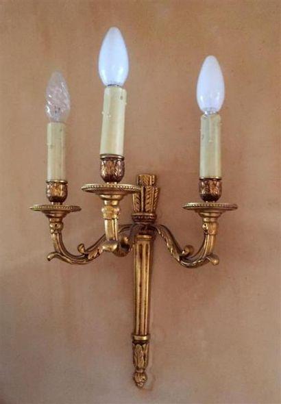 Paire d'APPLIQUES à trois lumières en bronze...
