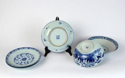 Trois ASSIETTES en porcelaine blanc bleu...