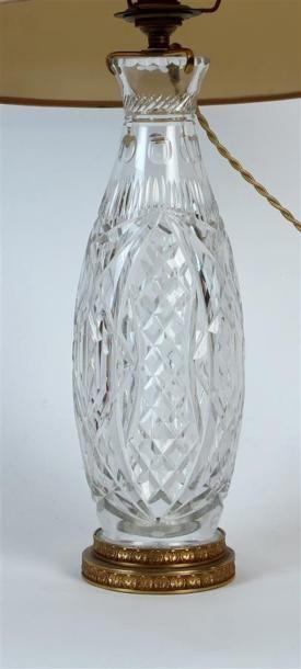VASE balustre en cristal taillé, la monture...