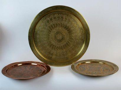 PLATEAU circulaire en cuivre et laiton doré...