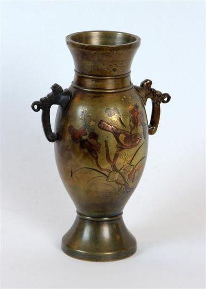 VASE balustre à anses en bronze doré à décor...