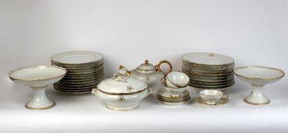 PARTIE DE SERVICE DE TABLE en porcelaine blanche à décor de filets or et monogrammes...