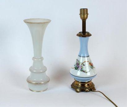Paire de PIEDS DE LAMPE en porcelaine à décor...