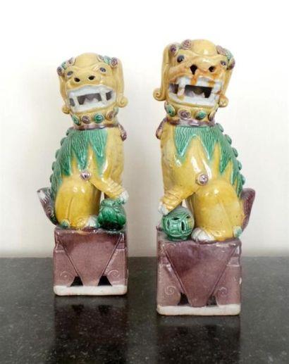 Paire de LIONS bouddhiques en grès émaillé...