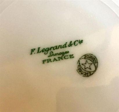 PARTIES DE SERVICE en porcelaine blanche de Limoges à décor de liseré orcomprenant...
