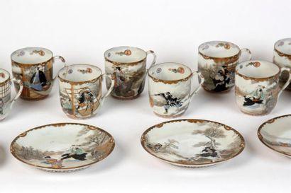 Douze TASSES et dix SOUS-TASSES en porcelaine...
