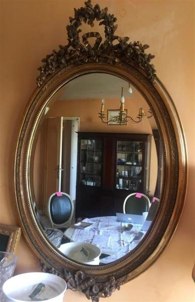 MIROIR ovale en bois et composition doré,...