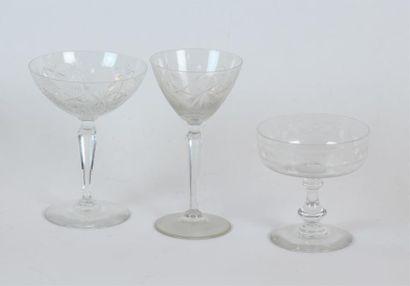 PARTIE DE SERVICE de verres en cristal taillé. Différents modèles