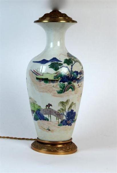 VASE balustre en porcelaine de Chine à décor...