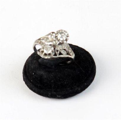 BAGUE Toi et Moi en platine (950 °/°°) sertie de diamants et roses. Petits manques...